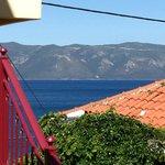 Uitzicht  van balkon: achtergrond = Ithaki