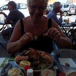 Mon épouse se régale d'une superbe assiette de fruits de mer