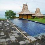 Pool, weiter hinten Blick auf die Bucht von Tarimbang