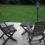 terrasse avec salon de jardin attenant à la chambre