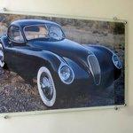 Großformatige Fotos an der Wand vom Namengeber