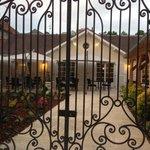 le portail le jardin la terrasse