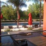 Hermosa vista de la piscina desde la terraza exterior del lobby.