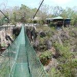 vue du pont suspendu et du restaurant
