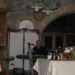 chanteur italien pendant le repas