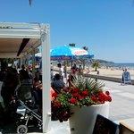 Vista de la playa delante del restaurante