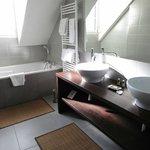 Master bathroom (has no door!)