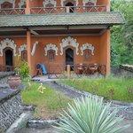Chambre du RDC donnant sur une terrasse non entretenue  moyennemant