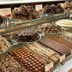 Магазины сувениров и деликатесов