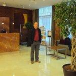 Meu marido, Joeci Reyes, na entrada do Hotel