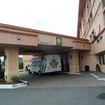 Hoteleingang mit Shuttelbus