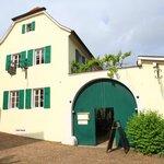 Haus und Eingang zum Inenhof vom Dorfplatz aus gesheen