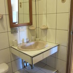 Spotless bano with full shower with hot water