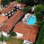 Vista Aérea, com destaque para a piscina, mais alta que o Hotel