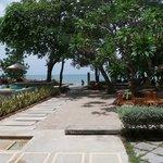 Pool und Garten mit Sicht aufs Meer