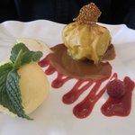 gebakken appel met ijs als dessert