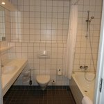 Geräumiges, sauberes Badezimmer