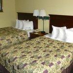 Motelzimmer mit zwei separaten Betten