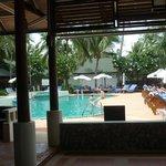 restaurant interieur, vue sur la piscine