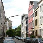 Улица Гурлиттштрассе: красное здание отеля не пропустишь