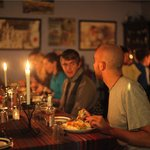 A close-knit dinner with fellow travelers