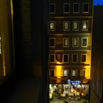 vistas traseras del hotel a una pequeña parte de la calle