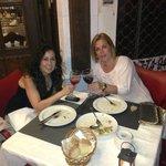 Ana y Laura cenando en Indarra