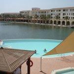una vista hermosa y un area de piscina de relax total