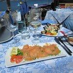 Lachscarpaccio und Meeresfrüchtesalat