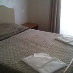 La cama, con colchón nuevo y confortable