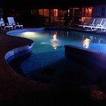 Toma de la piscina en la noche