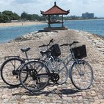 Met de fietsen over de lange 'strandboulevard'