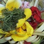 Bloemen om te offeren, je ziet ze in heel Bali overal