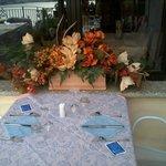 tavoli esterni apparecchiati elegantemente