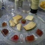Ottima selezione di formaggi con gelatine e marmellate divine