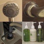 水垢だらけのシャワーヘッド、手すり。臭い排水口。ペリカン石鹸のシャンプー