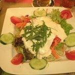 Salat mit viel zu viel Dressing und welkem Ruccola