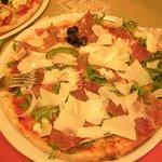 Pizza mit Parmaschinken, Ruccola und Parmesan