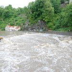 die reißende Moldau bei beginnender Überflutung