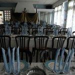 la salle à manger préparée pour un repas de gala