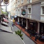Vue depuis la fenêtre de la chambre sur la rue piétonne