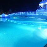 havuzun gece görüntüsü