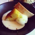 piña caramelizada con sorberte de lima y dulce de coco