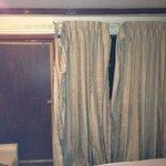 de gordijnen van ons kamer hangde los  en de deur kon niet vast