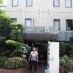fachada do hotel em frente a tipica rua
