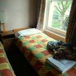 Bett am Fenster (Zimmer 9 im dritten Stock)