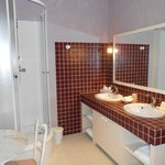 côté douche et il y a une baignoire à droite des lavabos