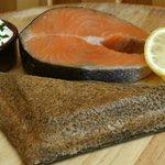 Galette nordique : saumon à la plancha, crème citronnée à la ciboulette