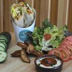 Wrap poulet bbq : poulet grillé aux épices, crudités, sauce bbq maison