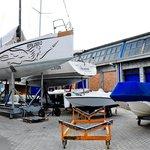 Chantier naval à côte de l'hotel / shipyard Coast Hotel